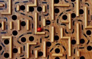 Richtige Jobbörse finden wie Weg durch Labyrinth mit Löchern