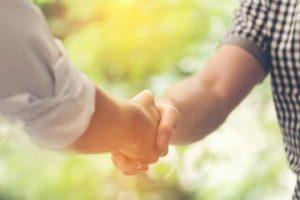 Persönliches Kennenlernen in Bewerbungsgespräch wie freundlicher Handschlag